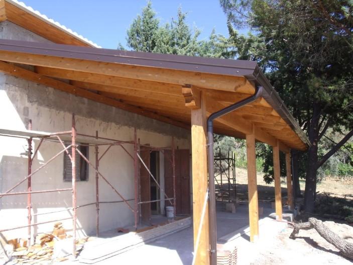 Tettoia in legno coperture in legno lamellare for Costo del portico anteriore